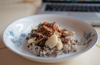 Chicken and garlic on white and red rice