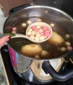 Traditional 'tang yuan' glutinous rice balls in sweet broth