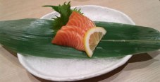 I love salmon sashimi.